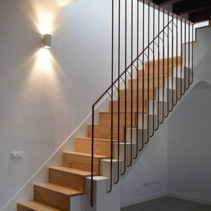 Escalera Interior Con Peldanos De Madera Y Barandilla A Medida