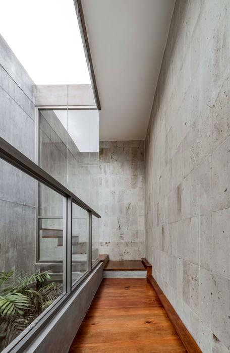 Pasillos, vestíbulos y escaleras modernos de Apaloosa Estudio de Arquitectura y Diseño Moderno