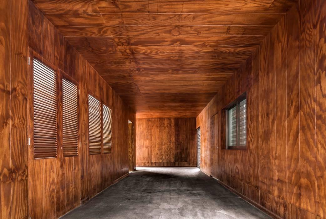 Casa Ataúlfo: Pasillos y recibidores de estilo  por Apaloosa Estudio de Arquitectura y Diseño