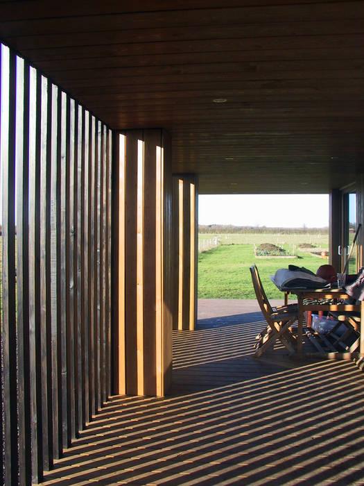 Residenza in campagna - dettaglio terrazza di ingresso: Casa di legno in stile  di Ecospace Italia srl