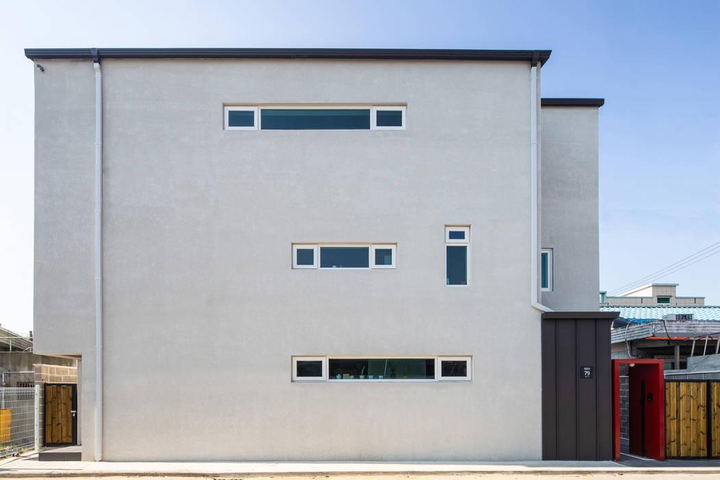 interior & architecture by INARK 대구 동구 동호동 아라하우스 대구 협소주택 소형주택 상가주택 전원주택 인아크 건축 설계 인테리어 디자인: inark [인아크 건축 설계 디자인]의  소형 주택