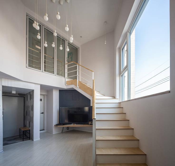interior & architecture by INARK 대구 달서구 두류동 도담도담 하우스 대구 협소주택 소형주택 상가주택 전원주택 인아크 건축 설계 인테리어 디자인: inark [인아크 건축 설계 디자인]의  거실