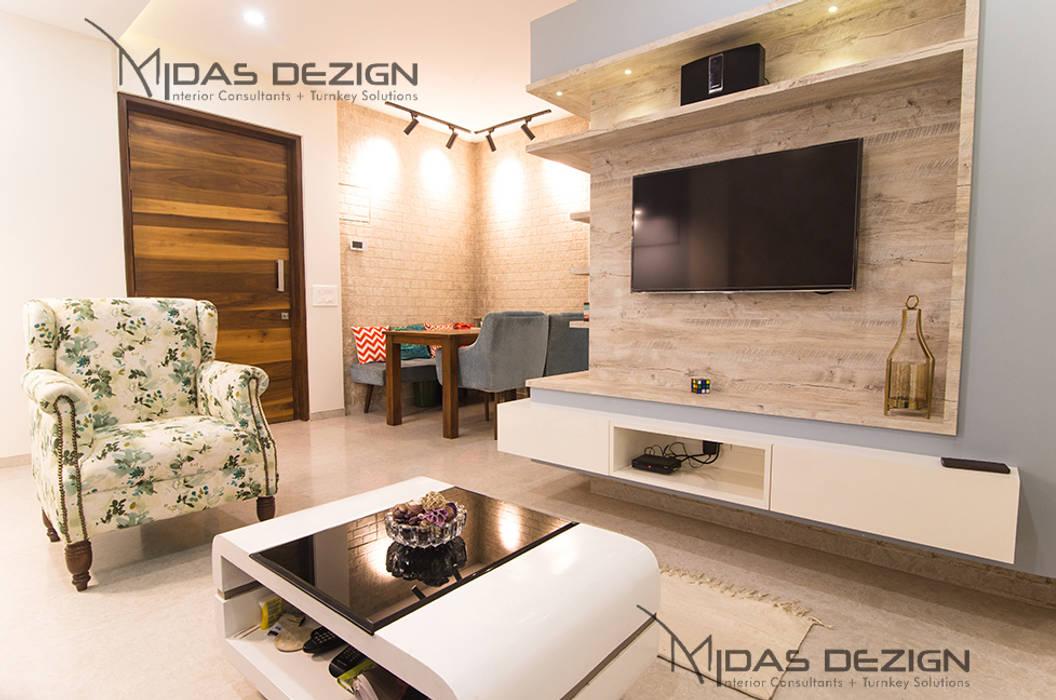2BHK @ Goregoan (East), Romell Group:  Living room by Midas Dezign