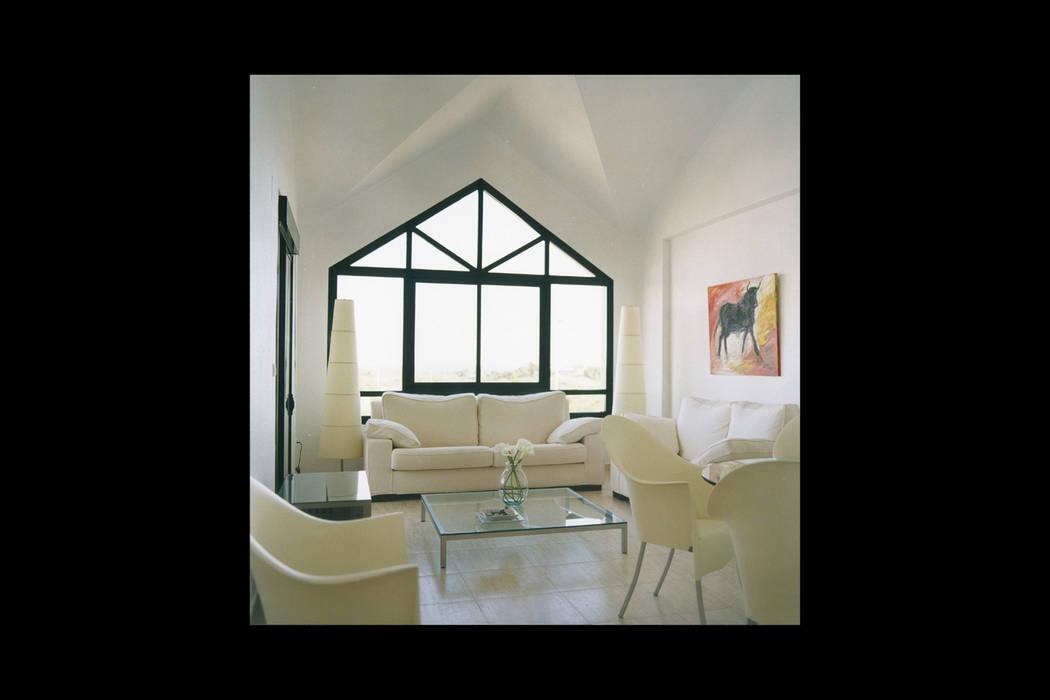 Mediterranean style dining room by Estudio de Arquitectura Juan Ligués Mediterranean Concrete
