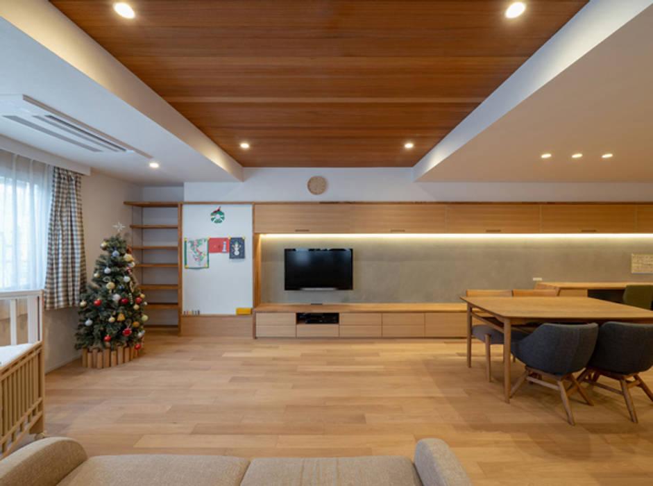 間接照明が広がりを創り出すリビングダイニング モダンデザインの リビング の 株式会社エキップ モダン 無垢材 多色