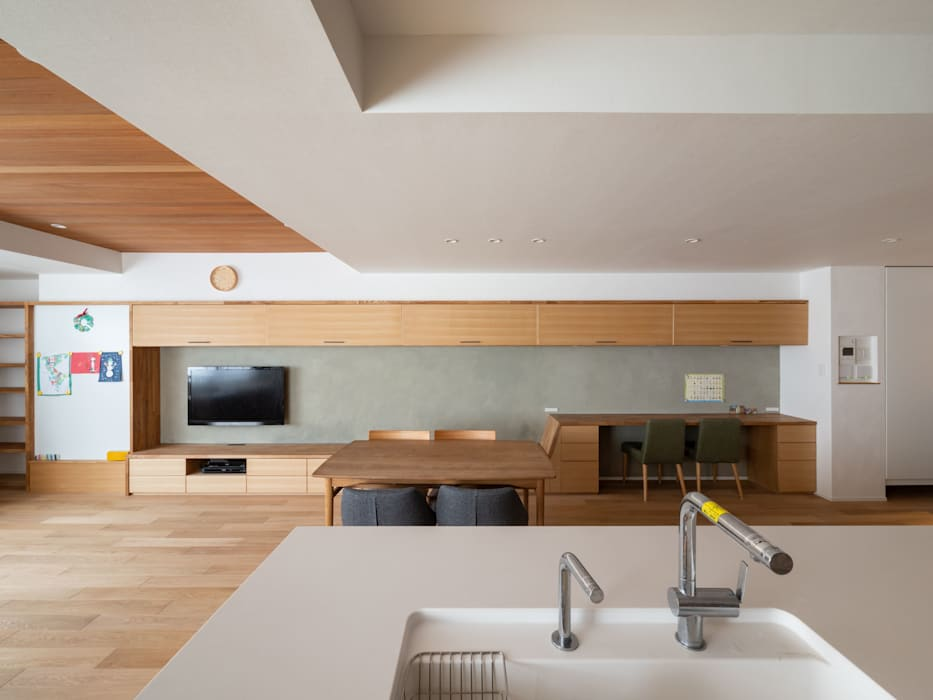 Modern dining room by 株式会社エキップ Modern Solid Wood Multicolored
