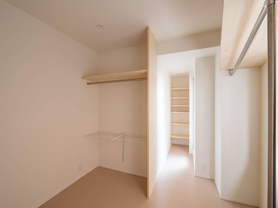 朝の明るい陽射しが得られるウォークインクロゼット モダンスタイルの寝室 の 株式会社エキップ モダン