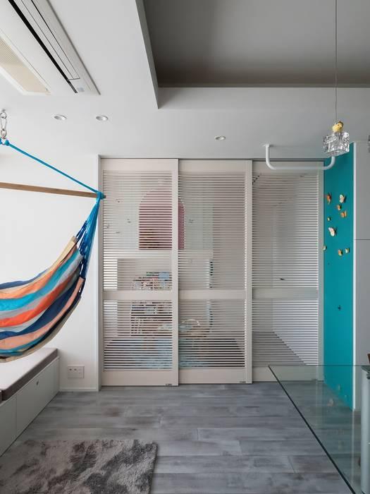 キッズスペースとリビングルームをやわらかく仕切る: 株式会社エキップが手掛けた子供部屋です。,モダン 無垢材 多色