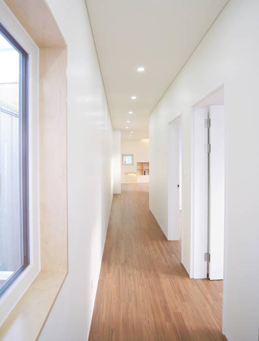 Modern Corridor, Hallway and Staircase by 소하 건축사사무소 SoHAA Modern