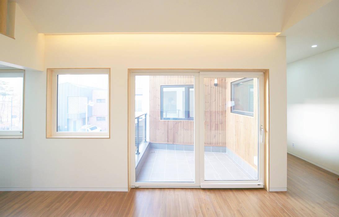 Puertas y ventanas de estilo moderno de 소하 건축사사무소 SoHAA Moderno