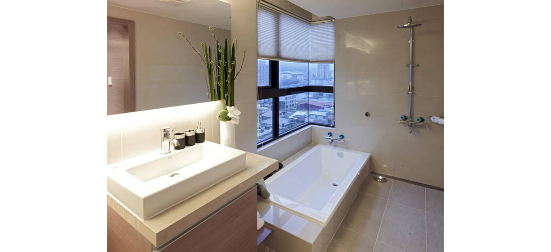 主臥浴室設有浴缸享受美景:  浴室 by 鼎爵室內裝修設計工程有限公司,
