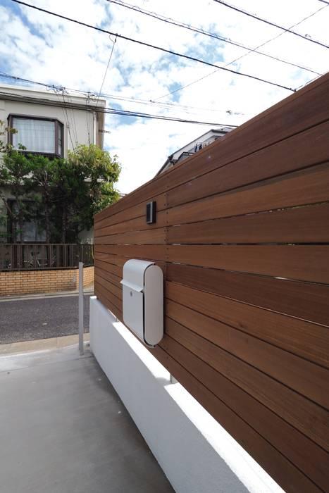 混構造の家リノベーション アトリエ スピノザ 北欧デザインの ガレージ・物置 木 ブラウン