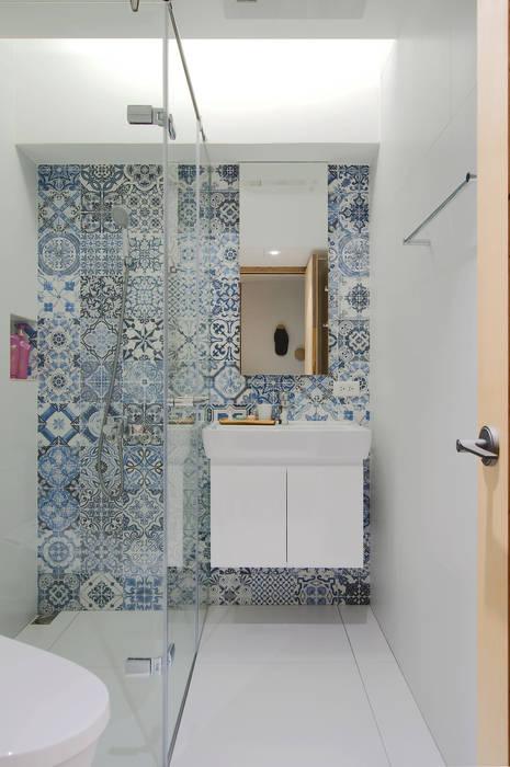 Apartment L:  浴室 by 六相設計 Phase6, 簡約風
