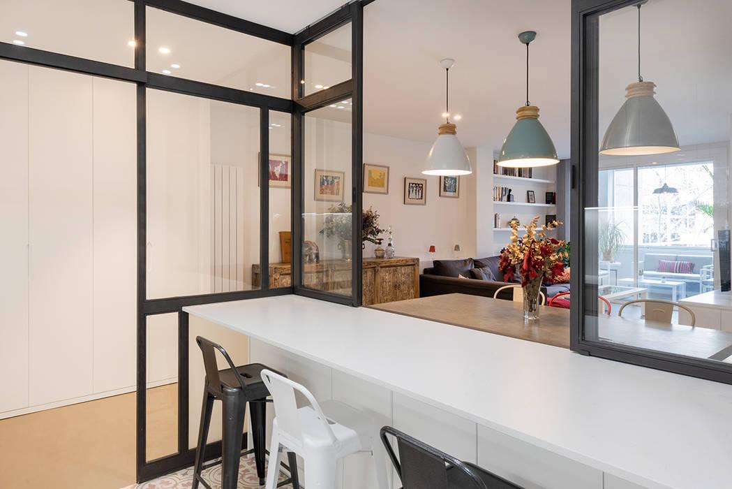 BARRA COCINA Y SALON: Cocinas de estilo  de LF24 Arquitectura Interiorismo