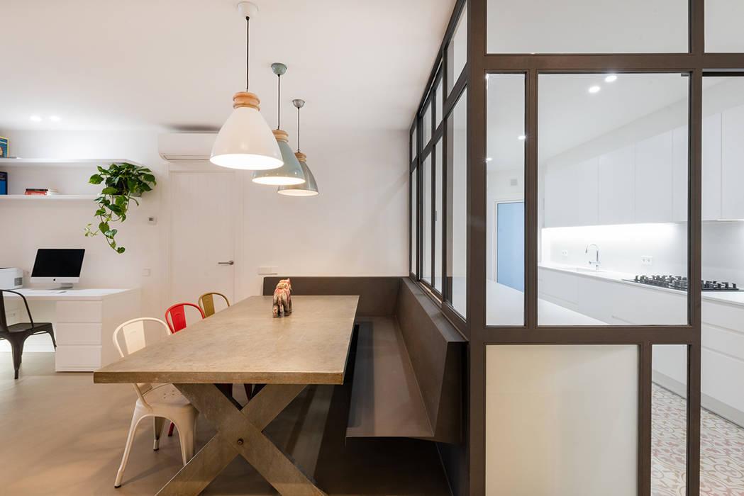 BANCO DE HIERRO Y VENTANAL LF24 Arquitectura Interiorismo Comedores de estilo moderno