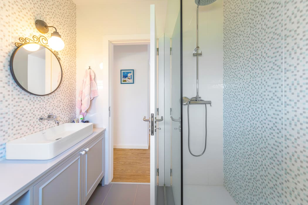 Casa de banho moderna: Casas de banho  por MOYO Concept,Mediterrânico Compósito de madeira e plástico