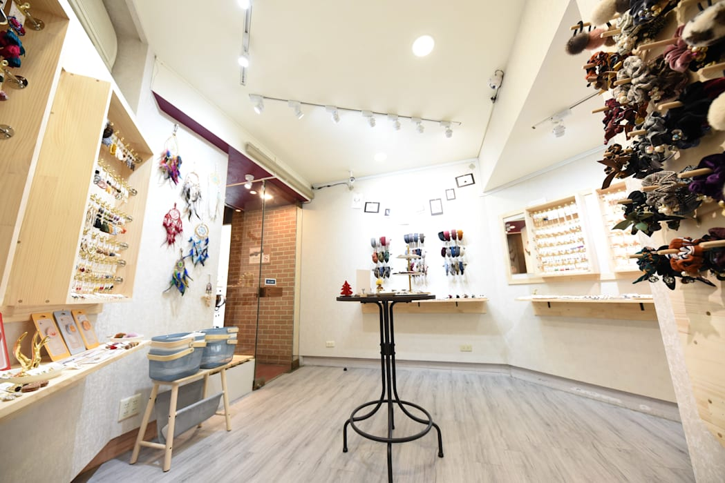 台南市西華南街精品店設計:  商業空間 by 寶佳室內裝修工務所, 簡約風 實木 Multicolored