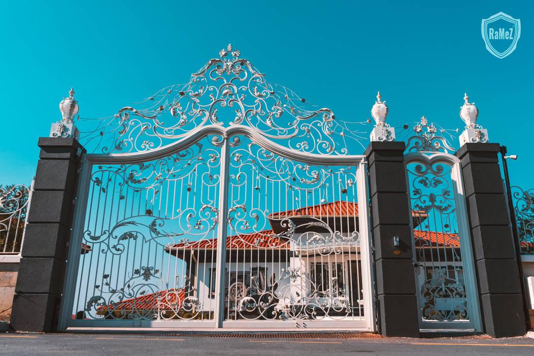 Ramez Ferforje Sanat Atölyesi – Ferforje Bahçe Kapıları / Wrought iron doors:  tarz Ön avlu, Klasik Demir/Çelik
