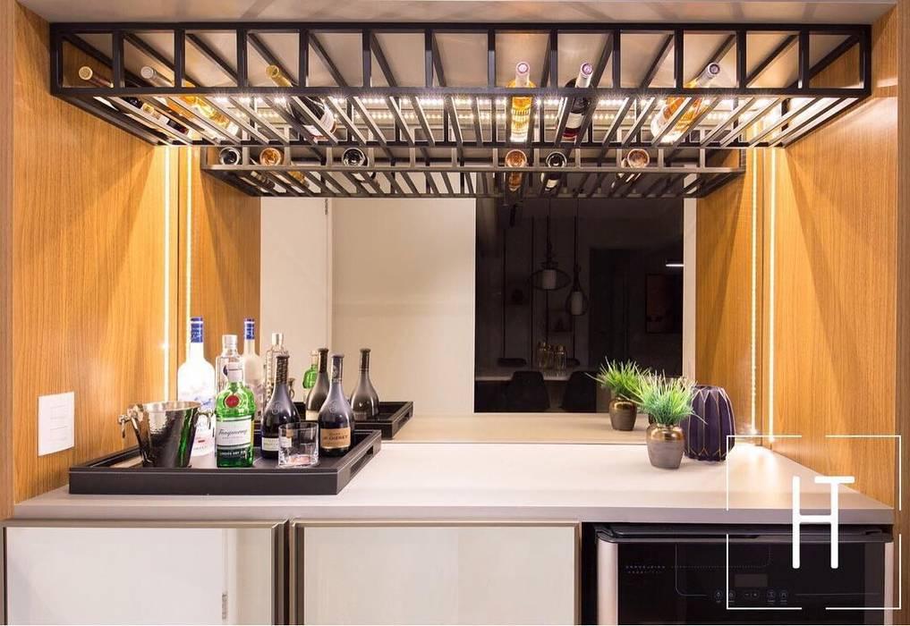 Bodegas de vino de estilo  por Helo Trindade Arquitetura e Interiores, Moderno Madera Acabado en madera
