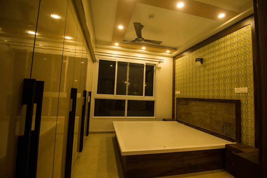 MASTER BEDROOM VIEW FROM DIFFERENT ANGLE TO SHOW OUR CRAFTSMAN SHIP.:  Small bedroom by SSDecor