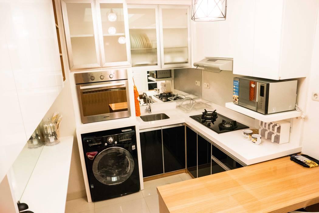 Kitchen Area: Dapur kecil  oleh Total Renov Studio,
