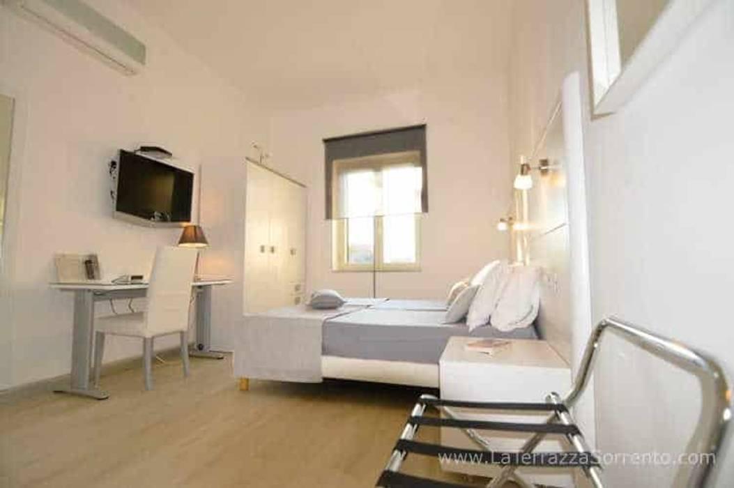Hoteles de estilo  por La Terrazza Family House