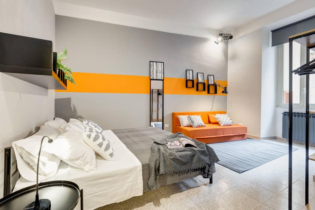 Appartamento adibito a casa vacanza: Soggiorno in stile  di Creattiva Home ReDesigner  - Consulente d'immagine immobiliare