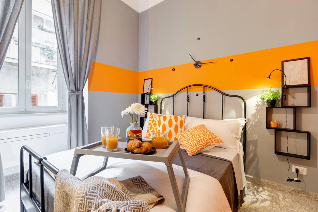 Appartamento adibito a casa vacanza: Camera da letto in stile  di Creattiva Home ReDesigner  - Consulente d'immagine immobiliare