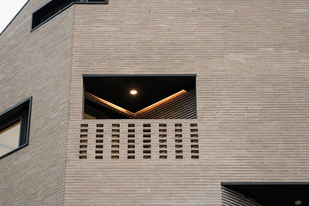von AAG architecten Modern Ziegel