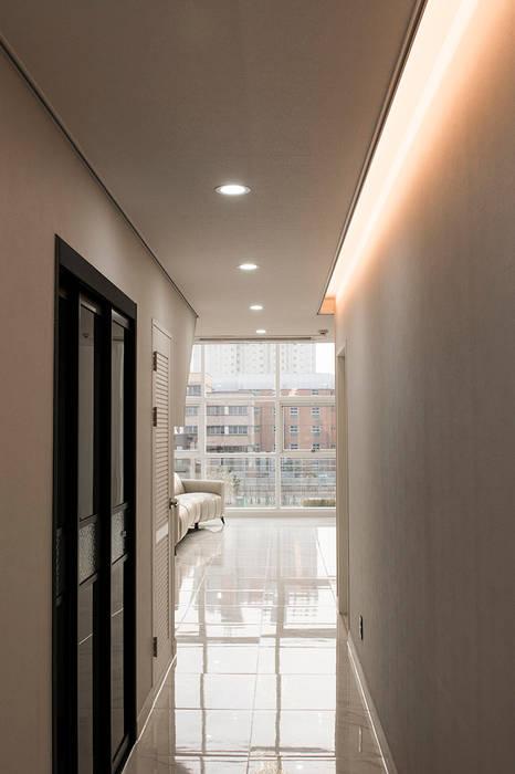 Modern corridor, hallway & stairs by AAG architecten Modern Chipboard