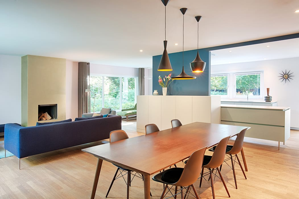 Open woonkamer met complete maatwerk kasten:  Eetkamer door StrandNL architectuur en interieur, Modern