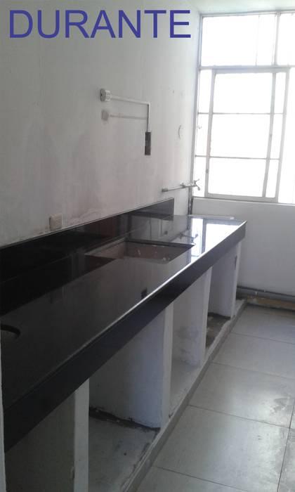 Instalación de Granito Negro: Cocinas equipadas de estilo  por Inter Designer,