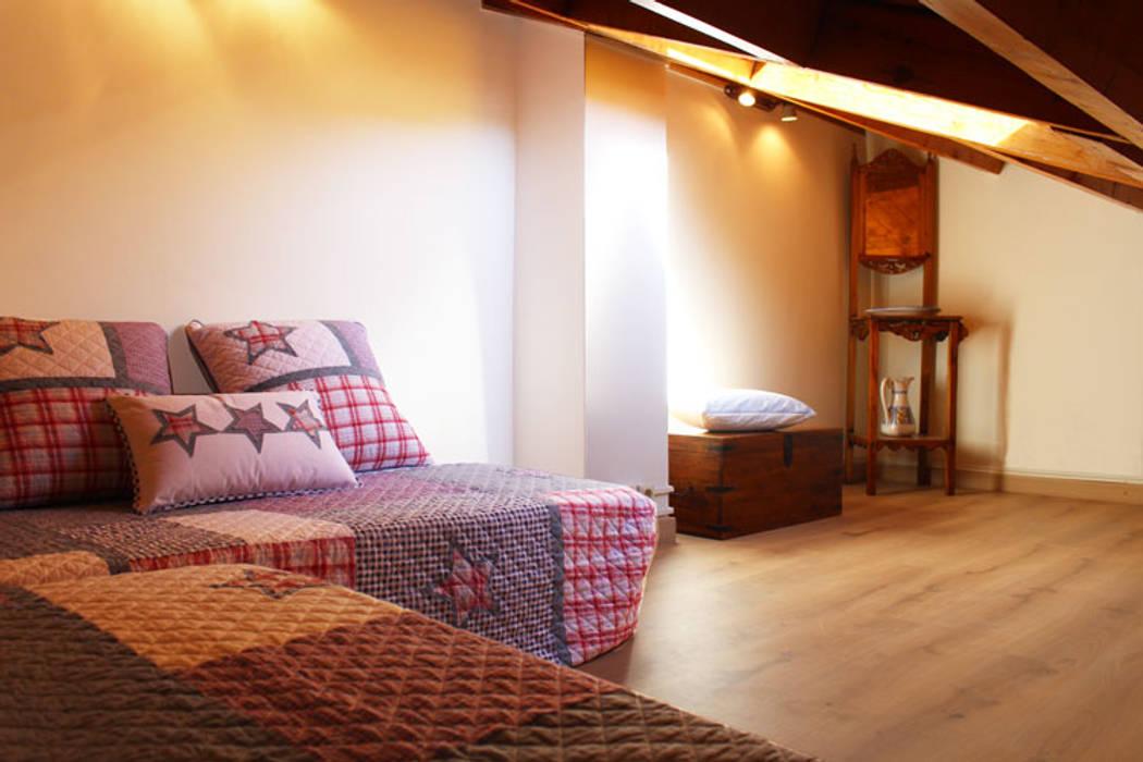 Casita en la montaña: Dormitorios de estilo  de Obra de Eva