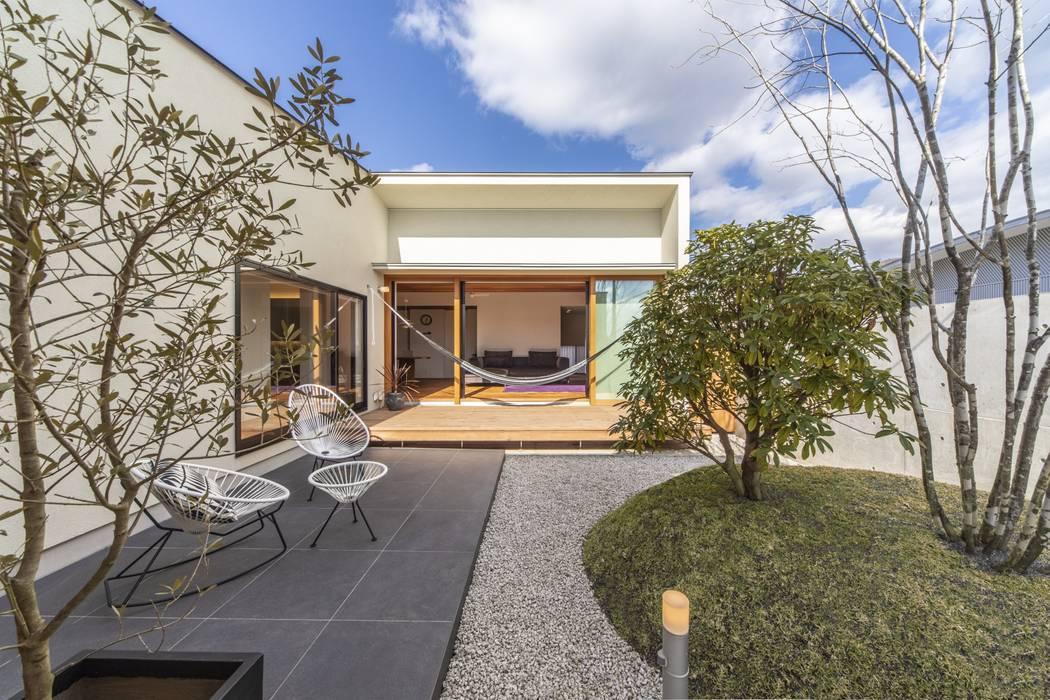 桐野町の家: WORKS  WISEが手掛けた庭です。,モダン タイル