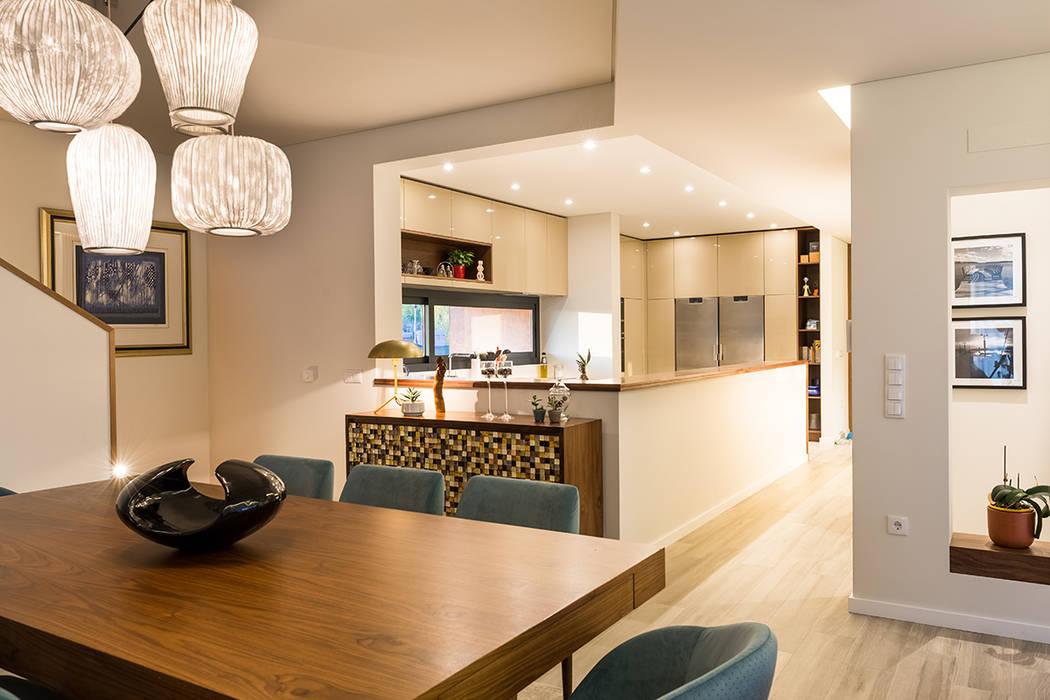 Zona de jantar e cozinha - Moradia em Viseu - SHI Studio Interior Design: Salas de jantar  por SHI Studio, Sheila Moura Azevedo Interior Design