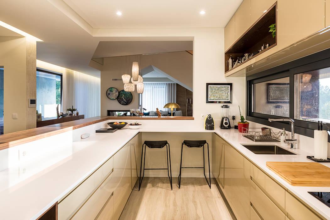 Cozinha - Moradia em Viseu - SHI Studio Interior Design: Cozinhas embutidas  por SHI Studio, Sheila Moura Azevedo Interior Design,Moderno