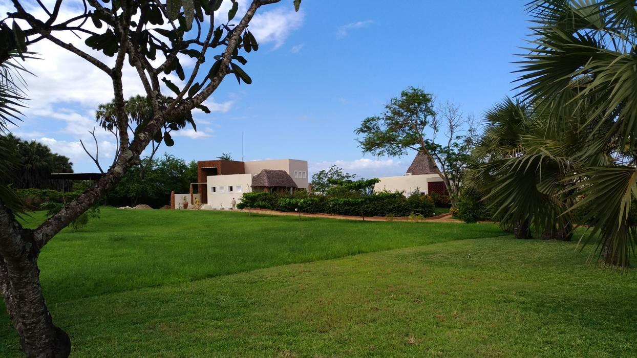 Equatorial Garden: Hotel in stile  di Ing. Massimiliano Lusetti