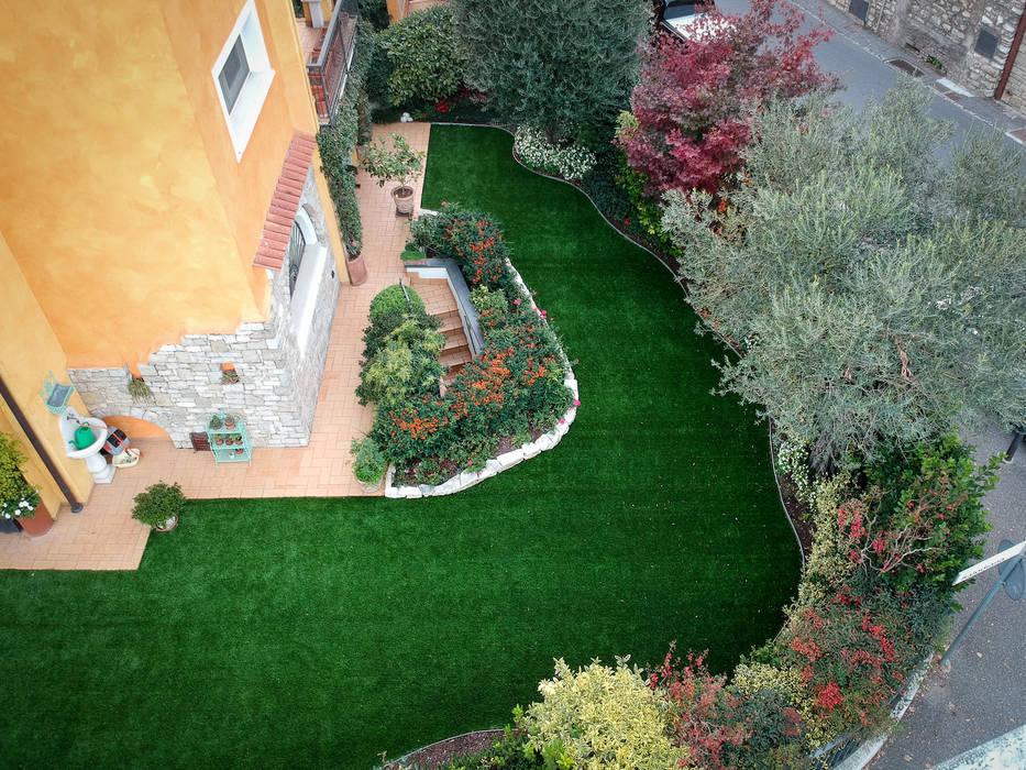 Bellissimo giardino colorato in Provincia di Brescia: Giardino anteriore in stile  di Lizzeri S.n.c., Moderno