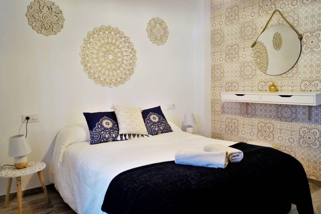 Mihrab - Apartamento en la Juderia Cordobesa: Dormitorios de estilo  de Housing & Colours, Moderno Azulejos