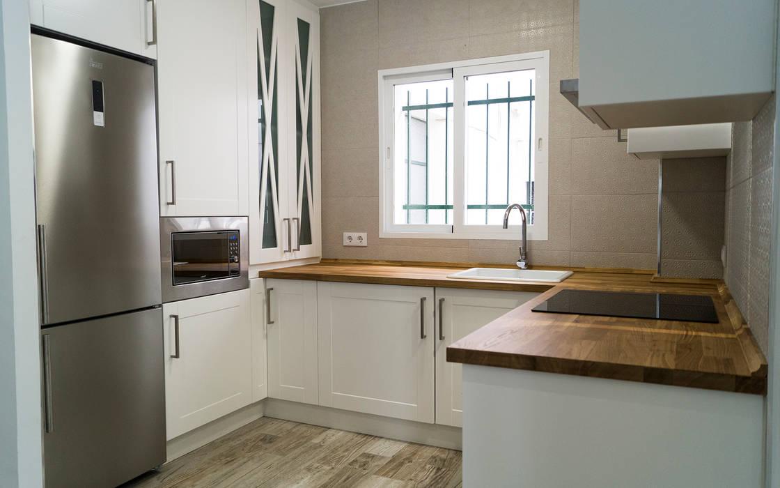 Cocina de Housing & Colours Moderno Madera Acabado en madera
