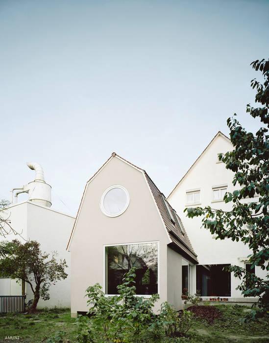 AUWAERTER. Anbau mit moderner Tradition:  Kleines Haus von AMUNT Architekten in Stuttgart und Aachen