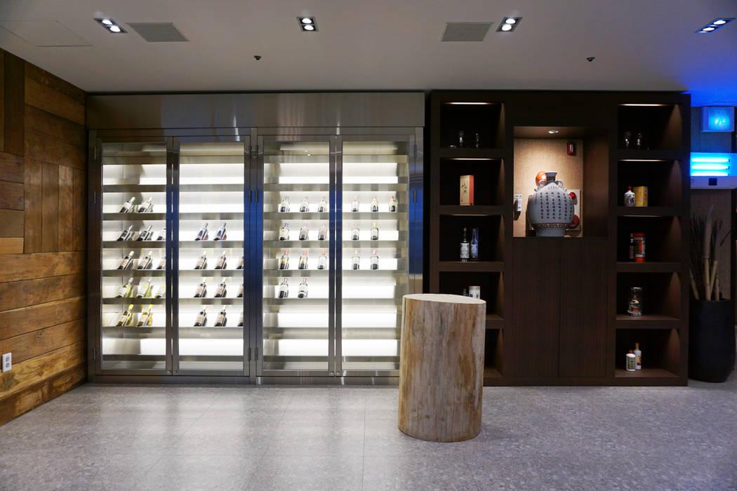 Ruang Penyimpanan Wine/Anggur Gaya Asia Oleh 감자디자인 Asia