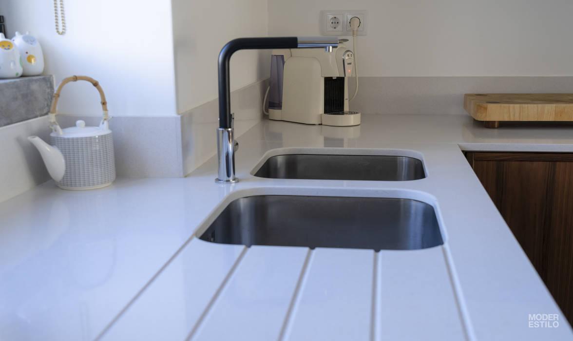 Neve de Nogueira: Cozinhas embutidas  por Moderestilo - Cozinhas e equipamentos Lda
