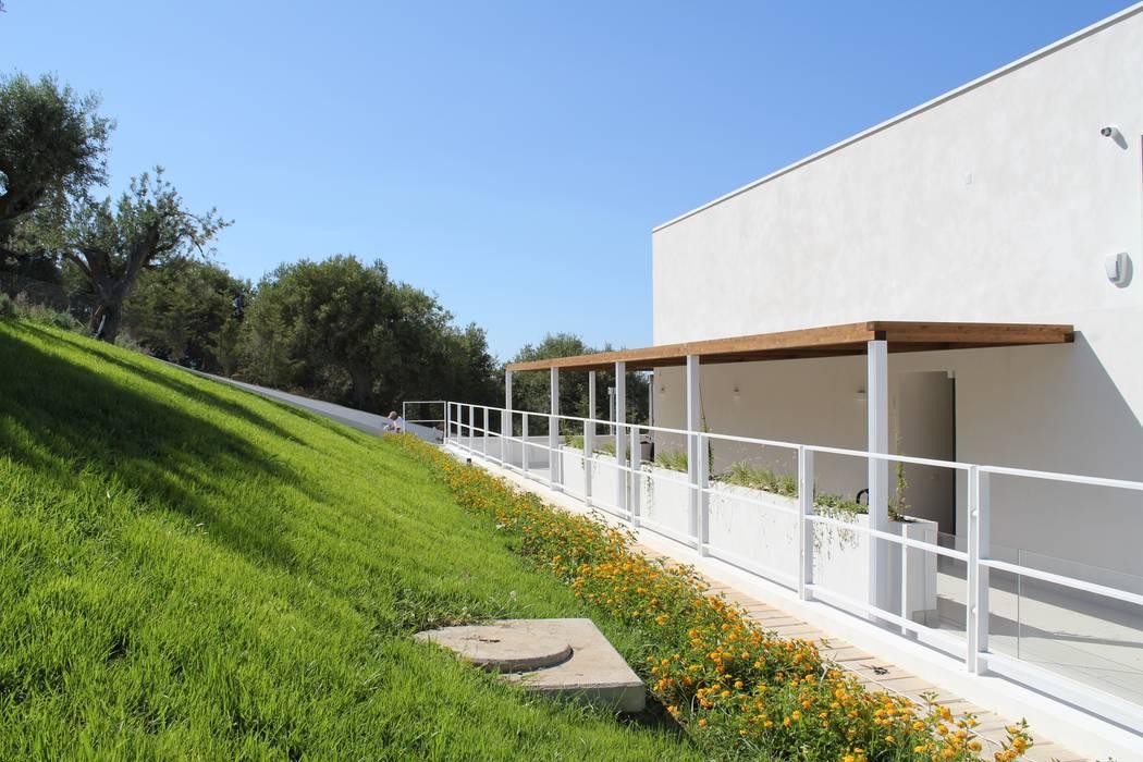 Fronte Sud: passerella di ingresso. di Giuseppe Rappa & Angelo M. Castiglione Moderno Legno Effetto legno