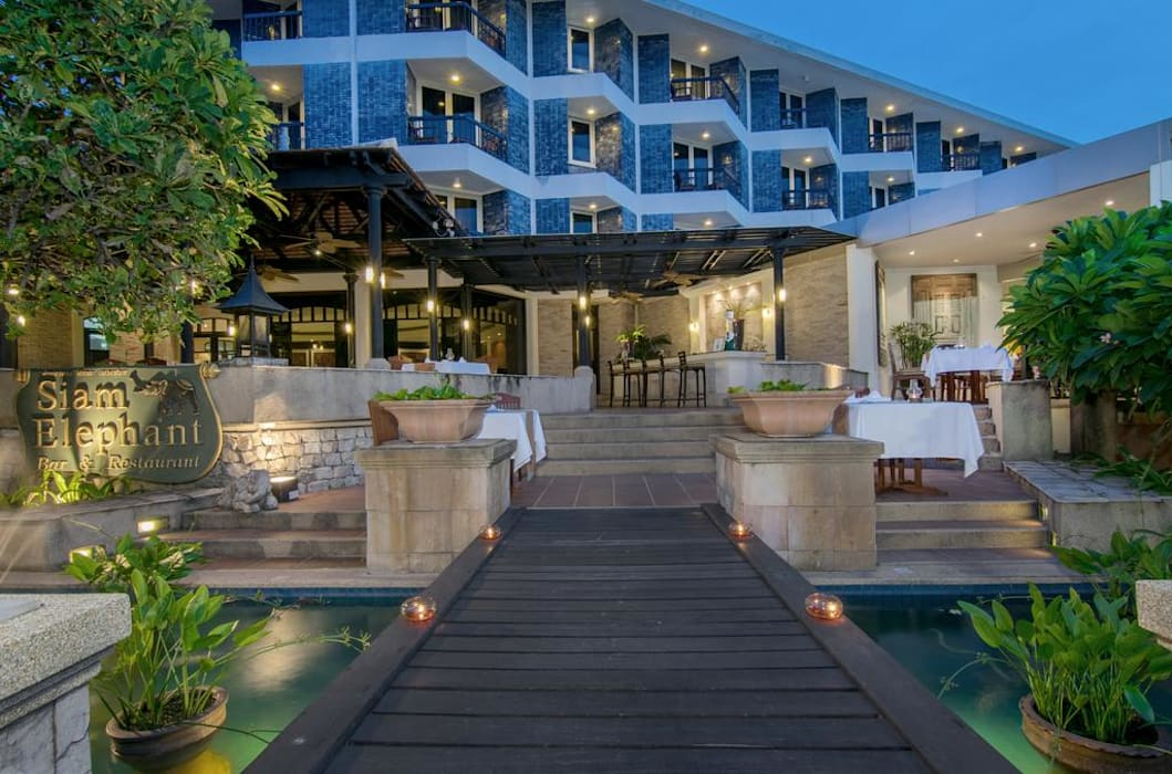 Siam Bay Shore Resort:  โรงแรม by DeKu German Windows Co.,ltd