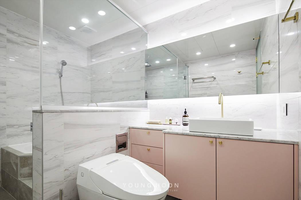 50평형 잠실트리지움 아파트인테리어 _ 파스텔톤의 포인트 컬러로 꾸며진 러블리 하우스 모던스타일 욕실 by 영훈디자인 모던