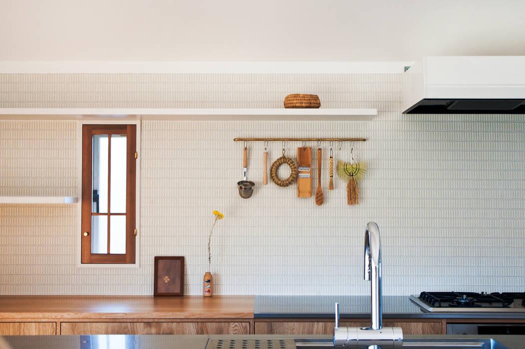沖之須の家: 横山浩之建築設計事務所が手掛けたキッチン収納です。,