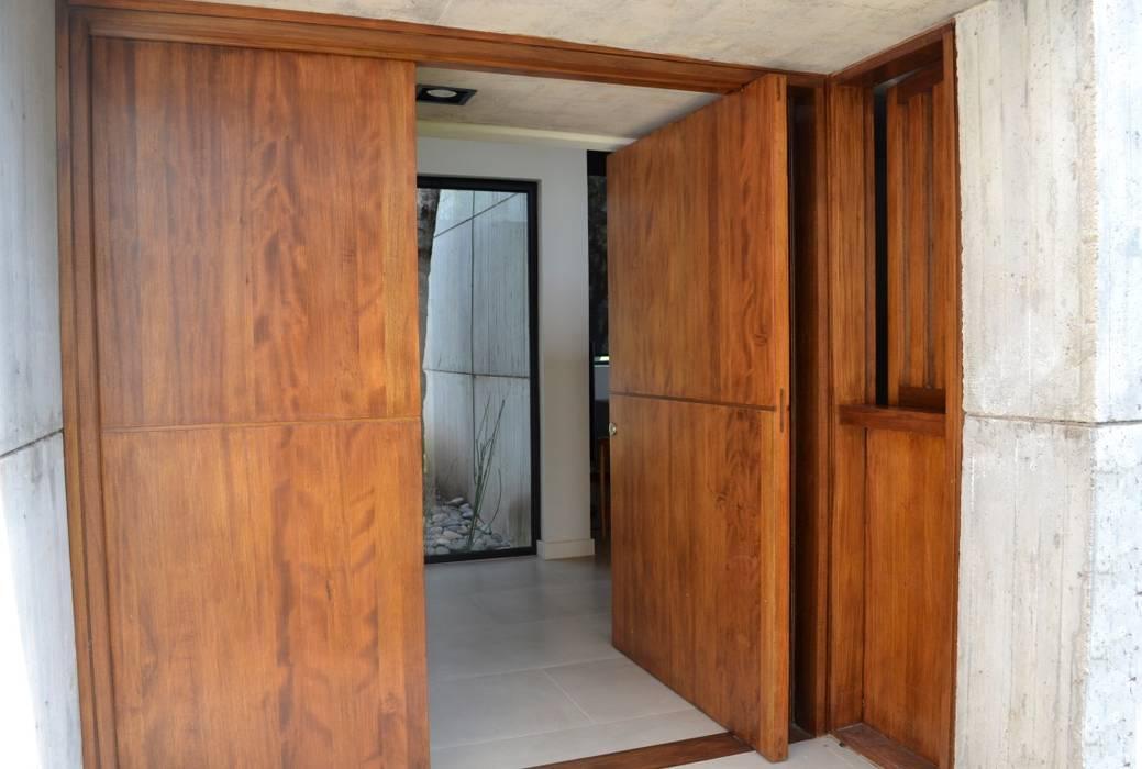 Puerta de ingreso pivotante: Puertas de entrada de estilo  por Gallo y Manca,