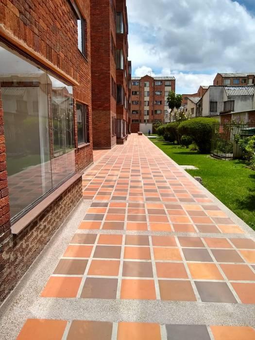 Instalación de Tablon Cucuta  : Pisos de estilo  por Construcciones Gomo S.A.S,