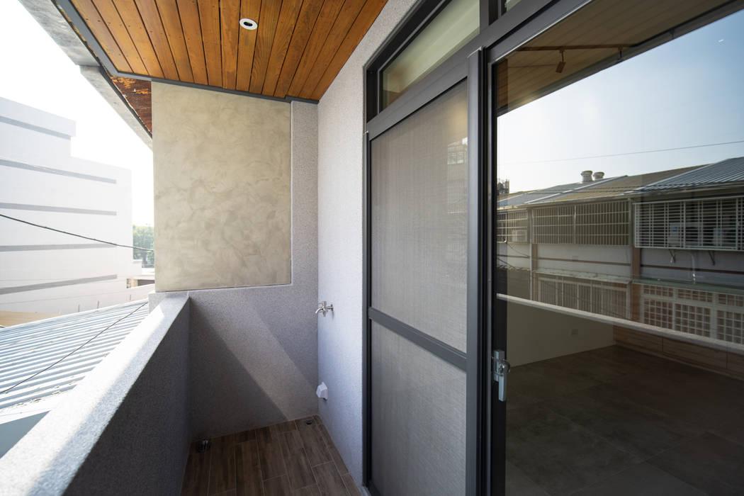 Balcón de estilo  de 有隅空間規劃所, Asiático
